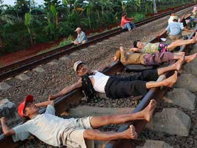 แปลก! อินโดแห่นอนบนรางรถไฟ เชื่อรักษาโรค 1308716962fa5b876e74db9be853faa8f6f09cd3