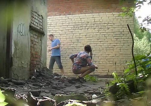 смотреть видео девушка писает за домом каких студийных