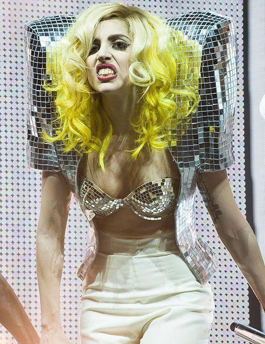 Lady Gaga i jej dziwne stroje 19