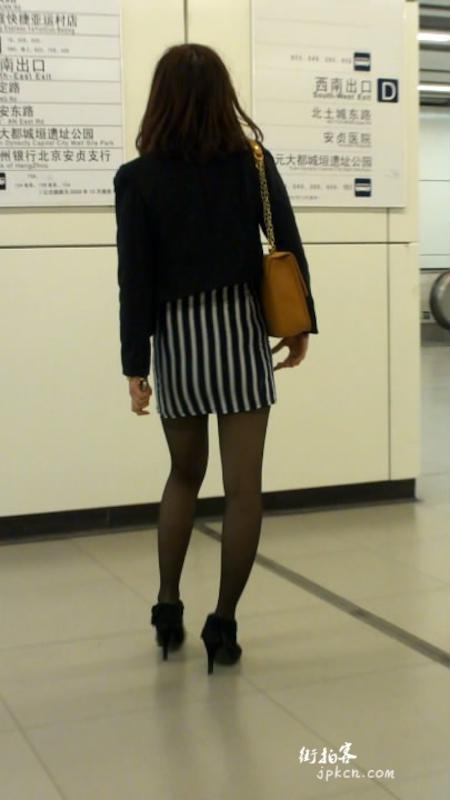 地铁上的漂亮黑丝美眉诱惑你
